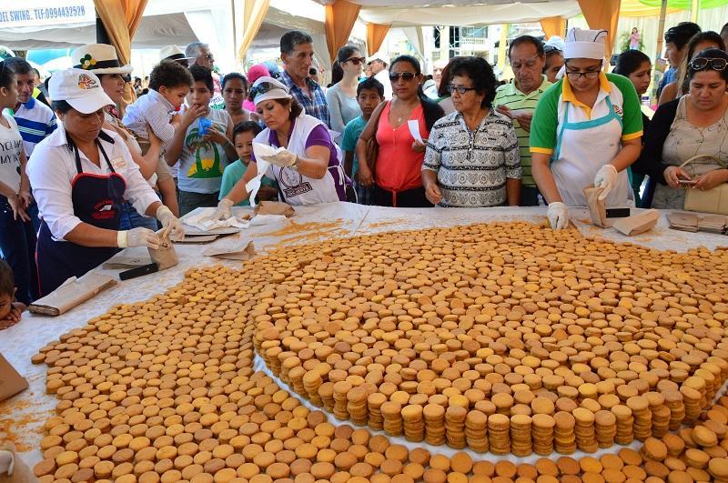 Cientos de personas disfrutaron del alfajor 'más grande de Manabí'