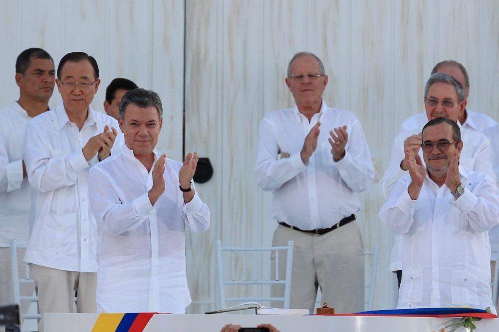 Santos y 'Timochenko' firman la paz de Colombia y terminan 52 años de guerra
