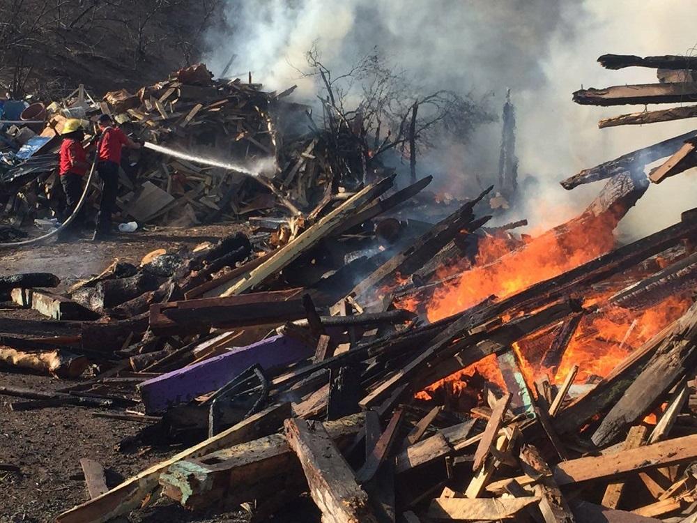 Incendio consume depósito de madera en San Juan de Manta