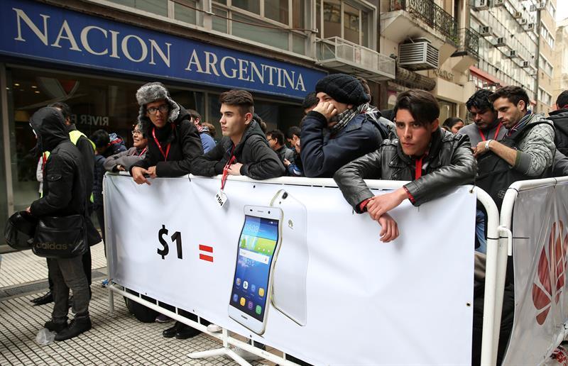 Cientos de personas hacen cola para conseguir celulares a 1 peso