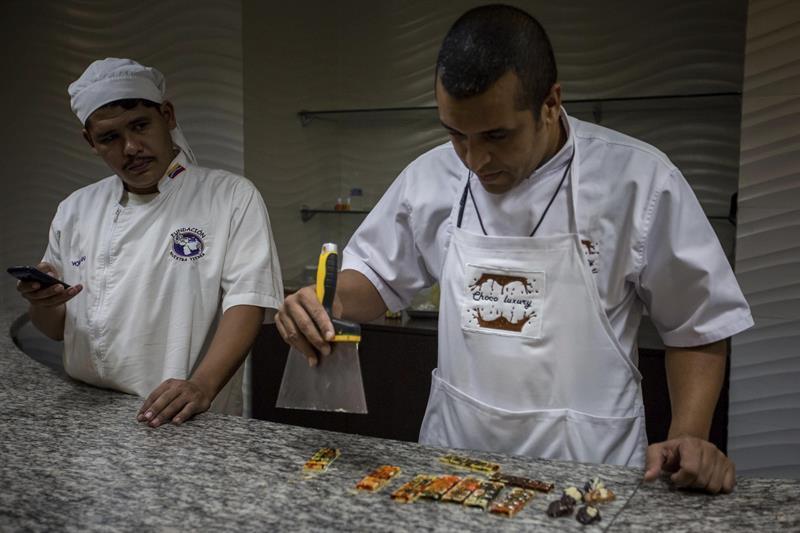 Cientos de venezolanos participan en la mayor cata de chocolate del mundo