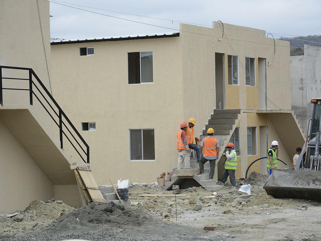 Demuelen 2 casas en construcci n el diario ecuador for Casas en construccion