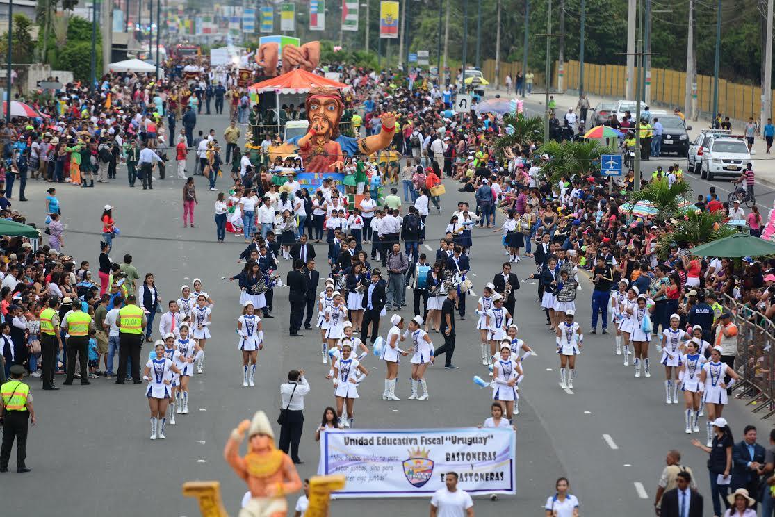 Portoviejo celebra su independencia con desfile estudiantil, cívico y militar