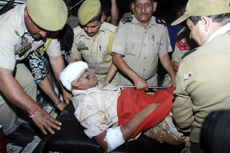 Al menos 19 muertos y 40 heridos al caer autobús por un precipicio en India