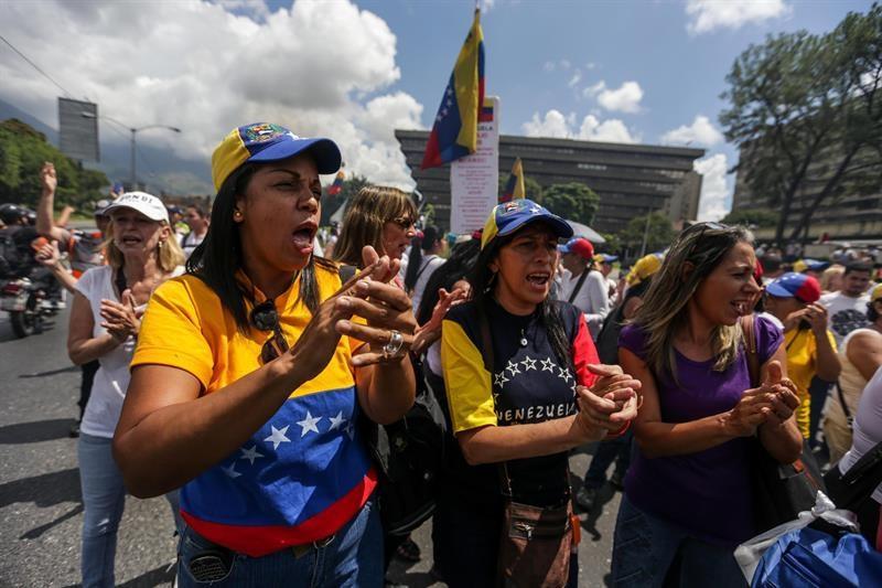 Cientos de mujeres marchan en Caracas para exigir reactivación de revocatorio