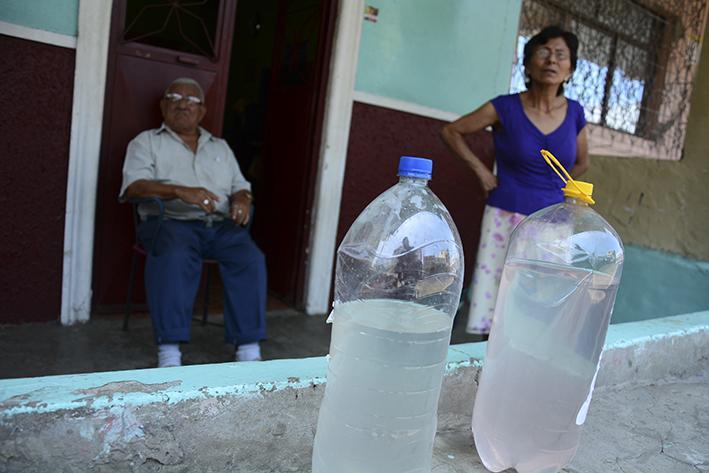 Agua con mal olor los afecta a moradores de varios barrios de Manta