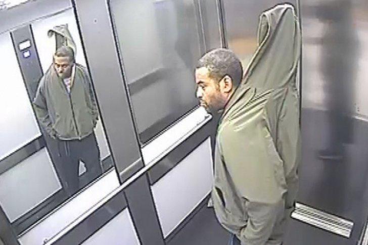 Hombre intenta robar una persiana ocultándola bajo su ropa