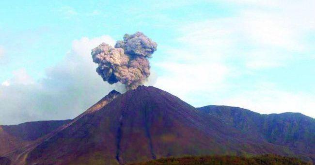Volcán Reventador presenta actividad eruptiva alta, según el Instituto Geofísico