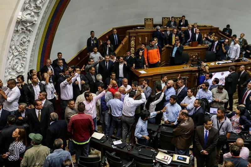 Chavistas irrumpen en la Cámara en debate por posible destitución de Maduro