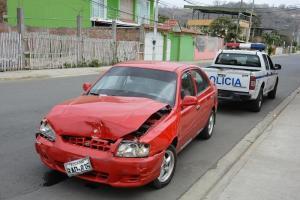 Presunto robacarros choca contra un taxi mientras huía de la policía