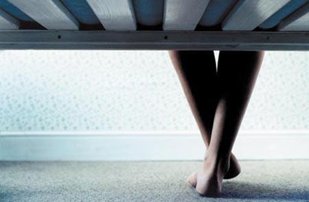 Acusan a hombre en EE.UU. por guardar cadáver bajo la cama durante una semana