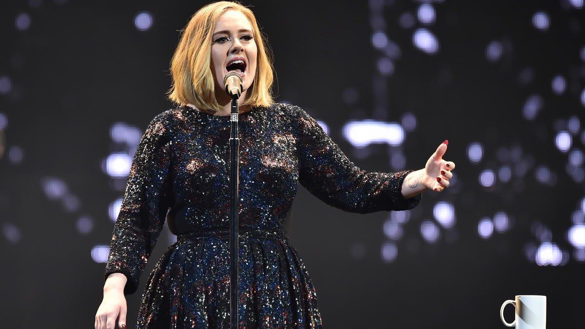 Adele invita a votar por Hillary Clinton durante concierto en Miami