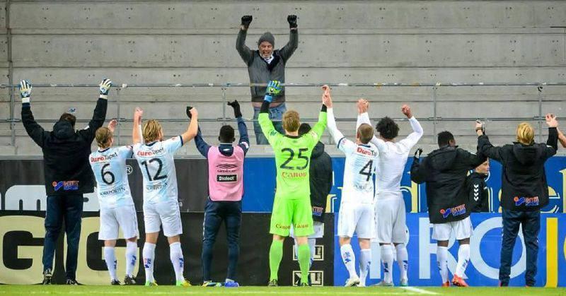 Futbolistas celebraron su victoria con el único hincha que fue a apoyarlos