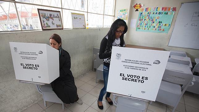 Un 52 % de ecuatorianos está indeciso ante comicios de 2017, según encuesta