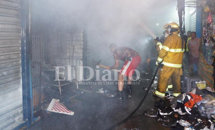 Portoviejo: Un voraz incendio destruyó varios locales comerciales de la calle Alajuela