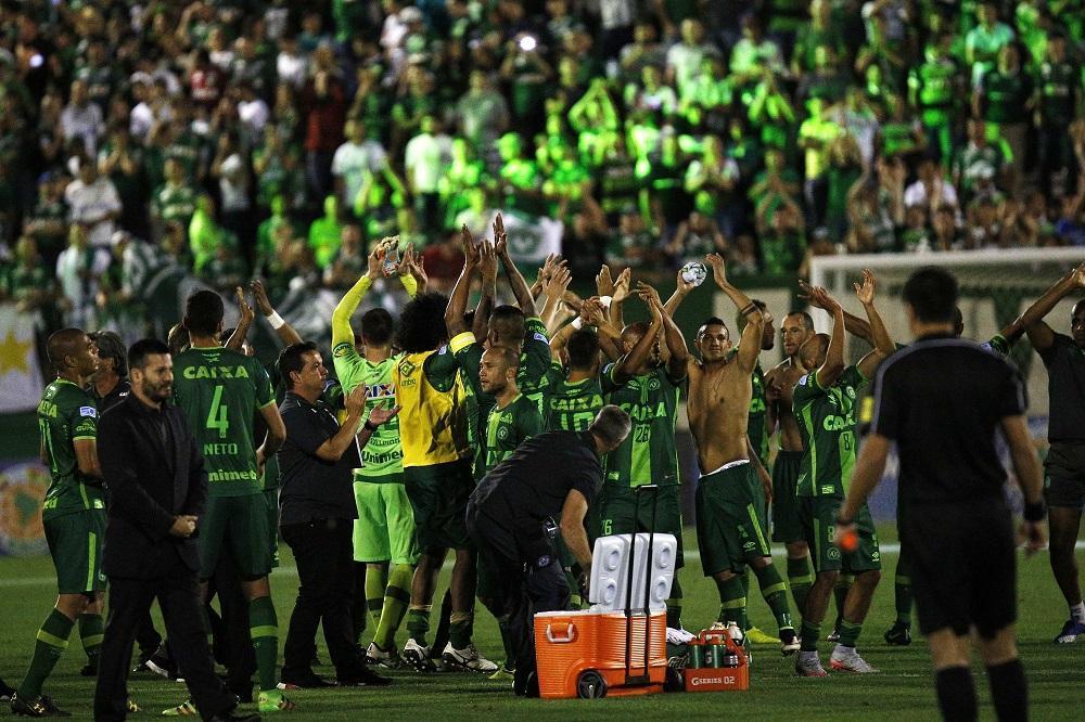 23/11/16 Los jugadores de Chapecoense celebran su victoria luego del partido de vuelta por las semifinales de la Copa Sudamericana, en la Arena Condá de Chapecó (Brasil).