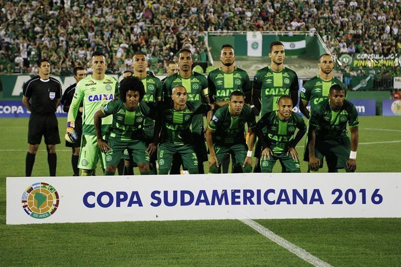 La plantilla completa en uno de los juegos por cora Sudamericana