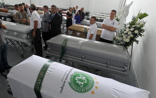 Víctimas de la tragedia de Chapecoense serán repatriadas hoy, tras masivo cortejo fúnebre