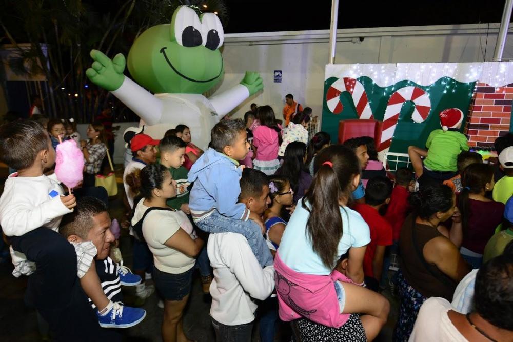 El Árbol de Ediasa ya alumbra las noches de los portovejenses
