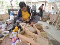 """Es un """"genio"""" en elaborar carros de madera"""