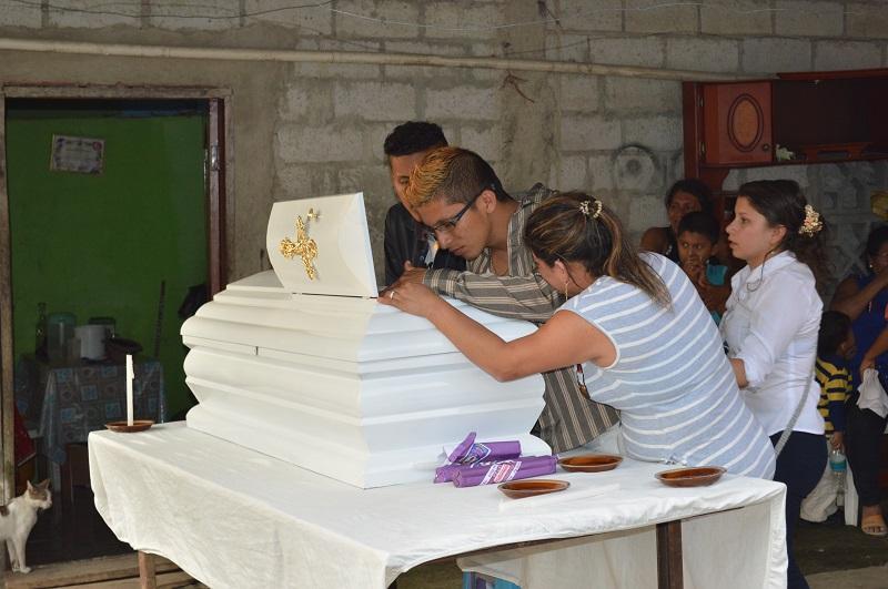 Niño fue sepultado junto a su madre