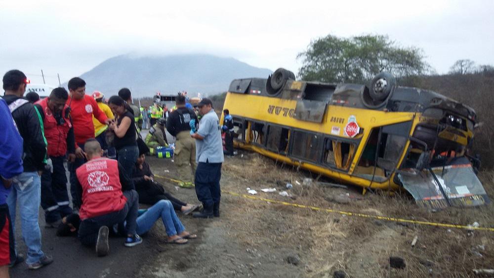 Exceso de velocidad habría ocasionado accidente entre tráiler y bus en la vía Jipijapa-Montecristi