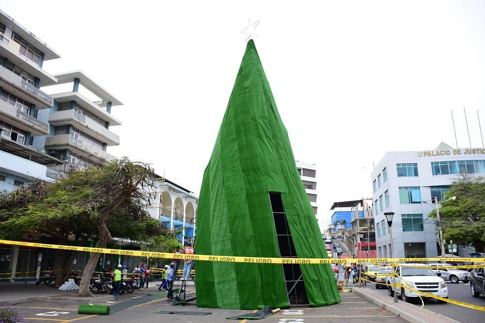 Con un árbol de 17 metros de altura inicia la época navideña en Manta