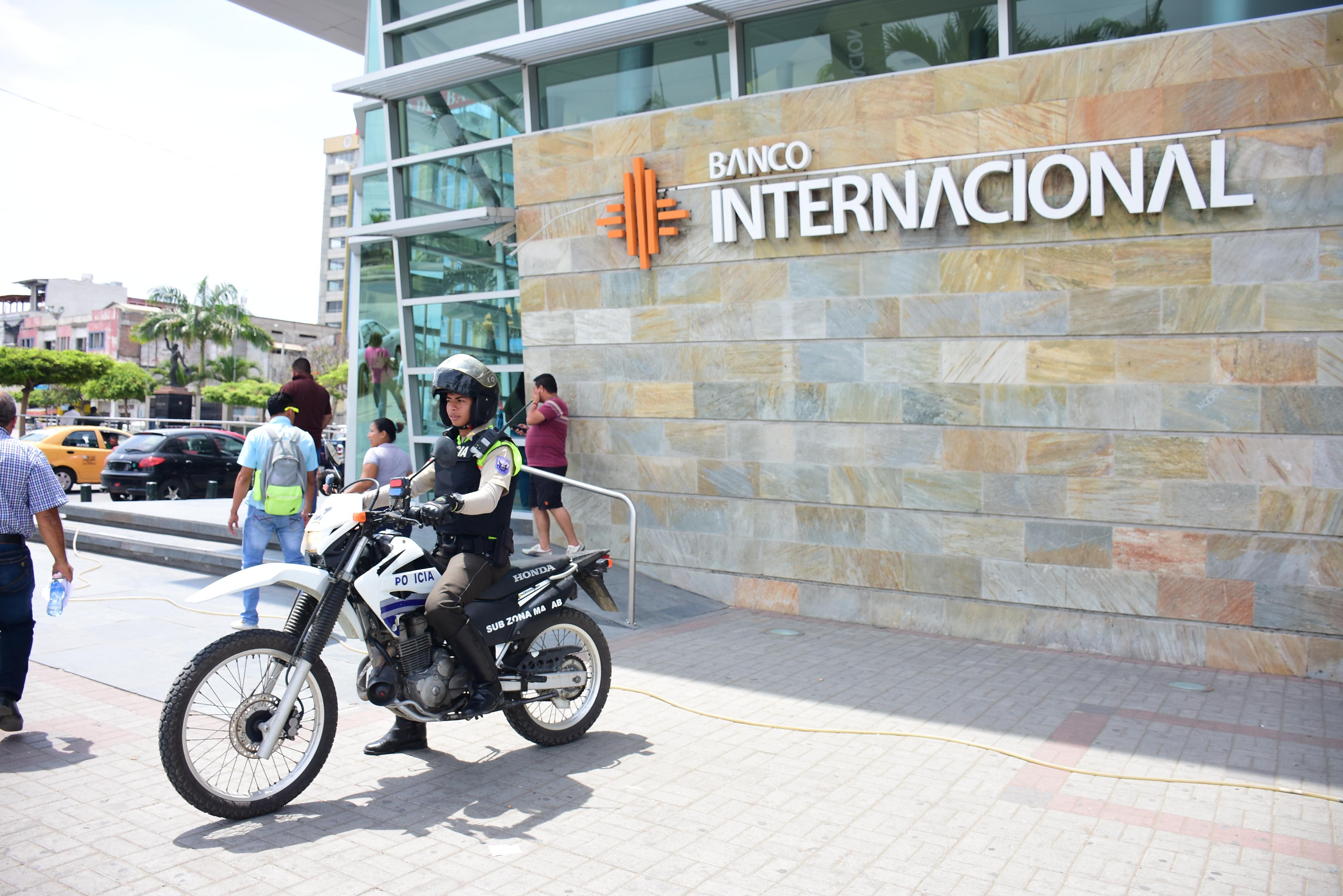 Más operativos en las zonas bancarias de Manta