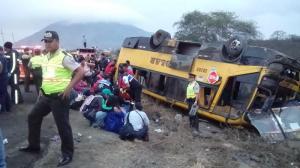 Al menos 20 heridos tras el vuelco de un bus en la vía Montecristi- La Pila