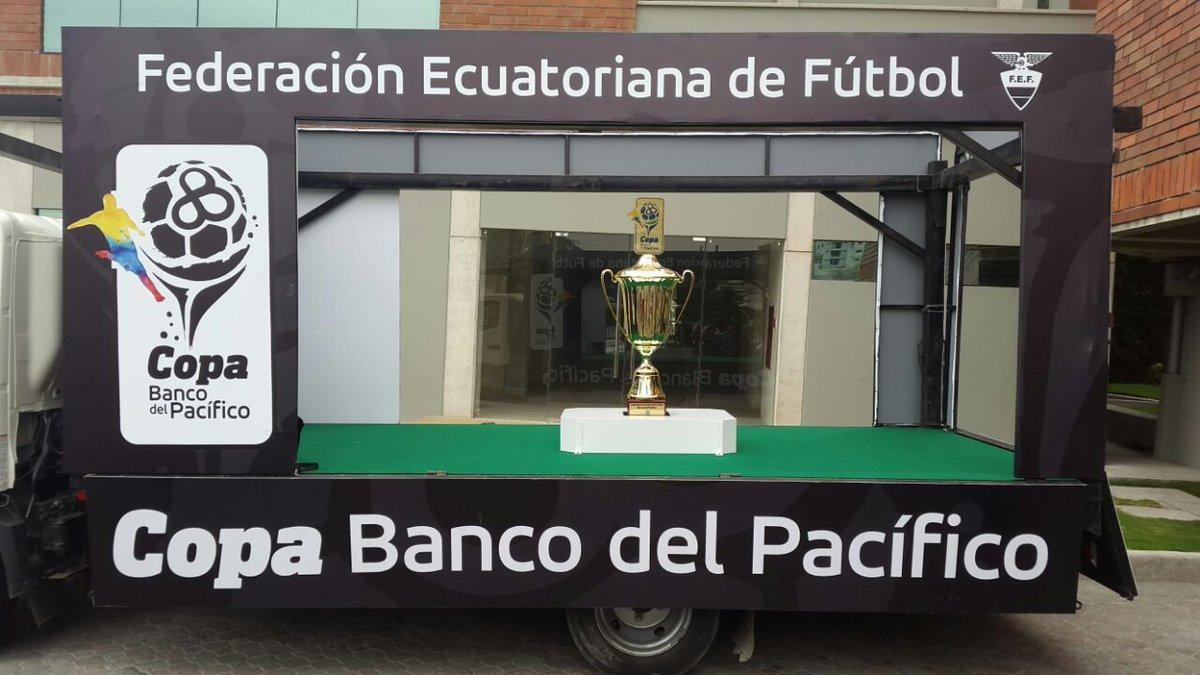 La FEF presenta la copa que recibirá Barcelona SC, campeón 2016