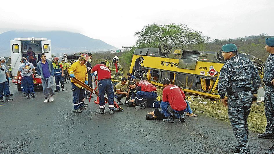 Choque entre bus y tráiler deja 37 heridos