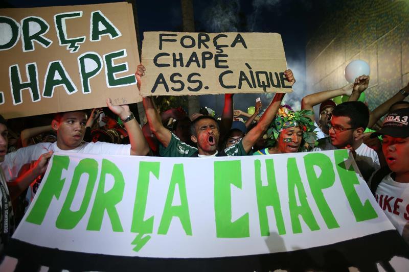 Miles de brasileños se reúnen para rendir diversos homenajes al Chapecoense