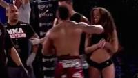Luchador se enoja tras derrota y noquea por accidente a una 'ring girl'