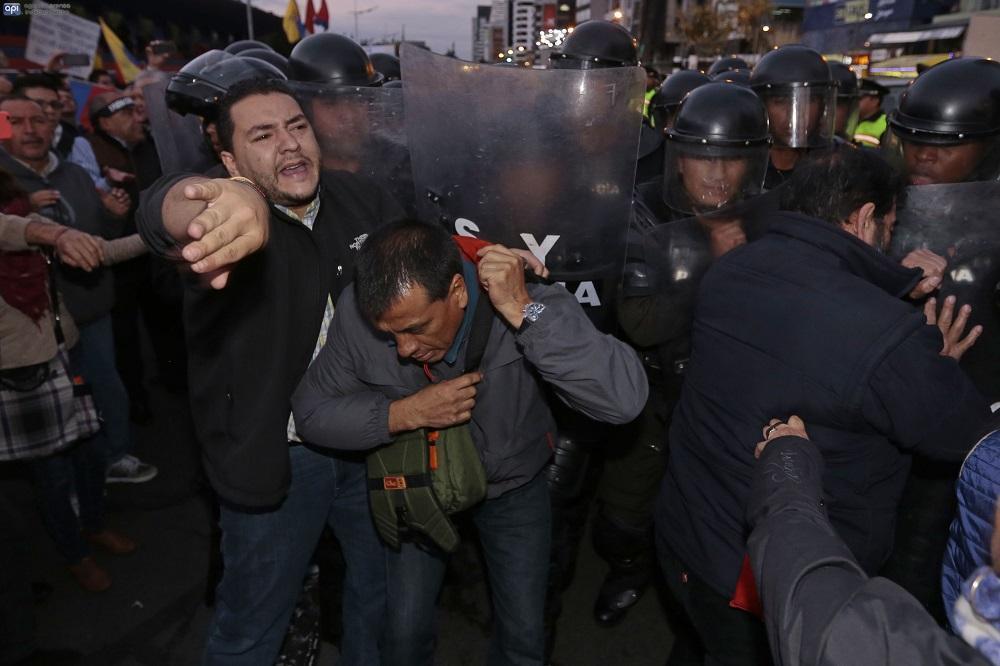 """En uno de los letreros que los ciudadanos sostenían se podía leer """"Están acabando con Ecuador. No a la Ley de Herencias. No a la Ley de Plusvalía""""."""