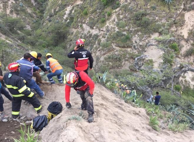 Sube a 14 el número de fallecidos por accidente de bus en Oyacoto, Quito