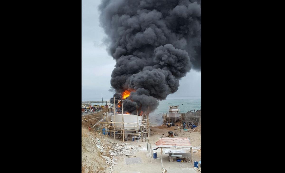 El incendio de un barco en construcción causa alarma en Jaramijó
