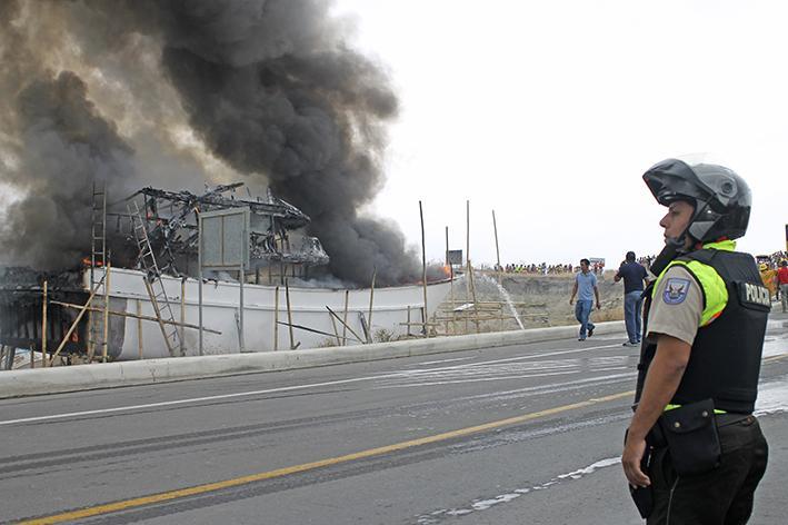 Fuego destruye una embarcación