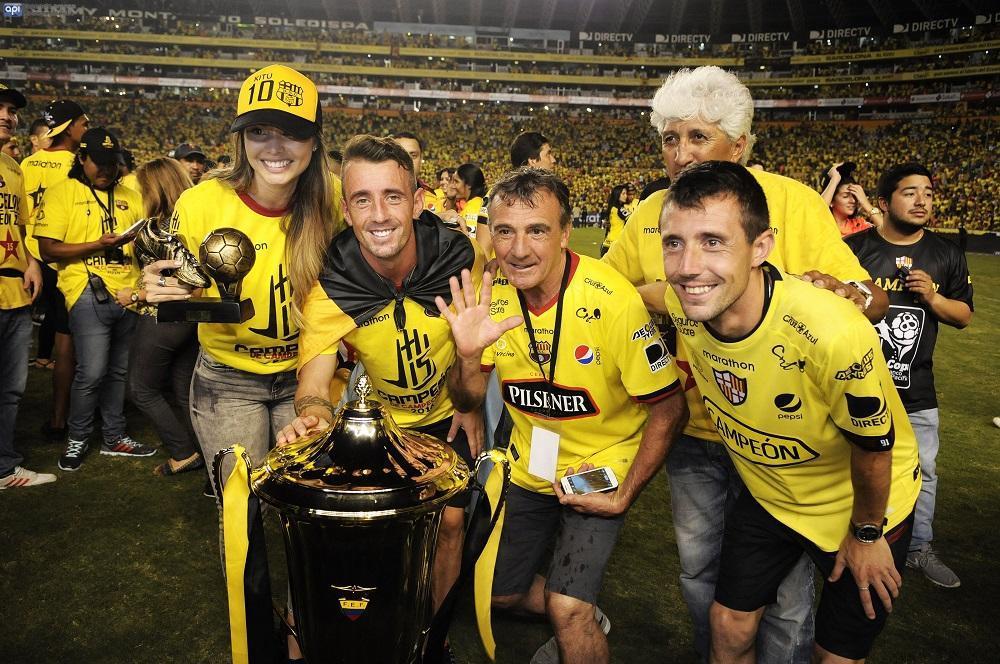 Damián Díaz junto a familiares y amigos en la celebración