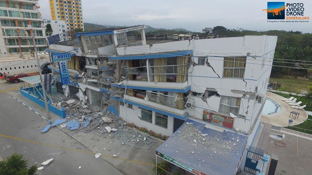 El hecho provocó el colapso de 2 viviendas y 3 hoteles en la parroquia Tonsupa, cantón Atacames, la zona más afectada. Foto Cortesía: Miguel Ortega de 'Drone Esmeraldas'