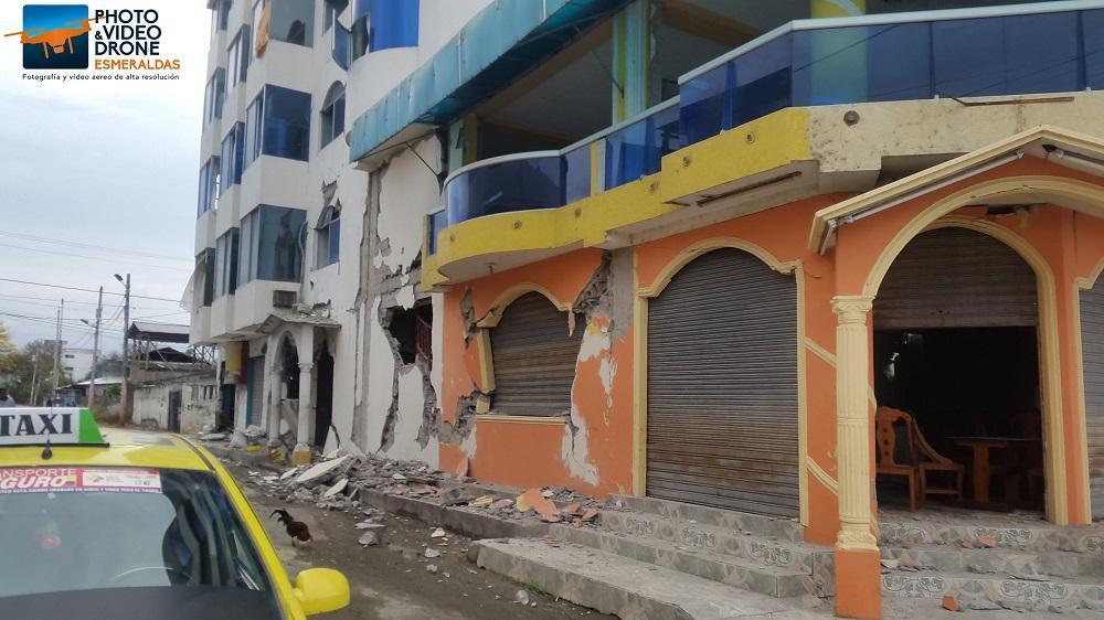 Así quedó un local turístico de Tonsupa tras el sismo de este lunes. Foto Cortesía: Miguel Ortega de 'Drone Esmeraldas'