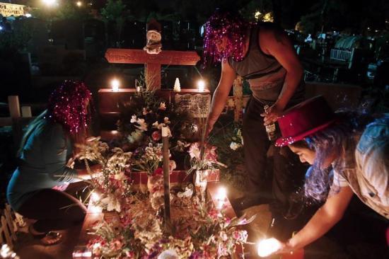 Habitantes de una ciudad chilena recibe año nuevo con extraña tradición: en el cementerio