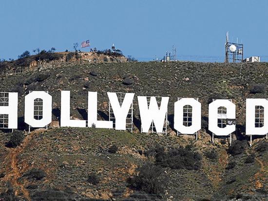 Un hombre cambió el letrero blanco de Hollywood
