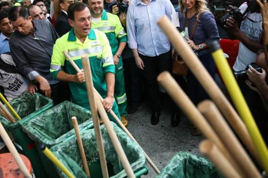 Alcalde de Sao Paulo se viste de basurero para 'limpiar la ciudad'