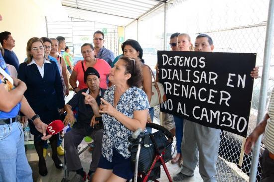 Pacientes con insuficiencia renal protestan contra el IESS