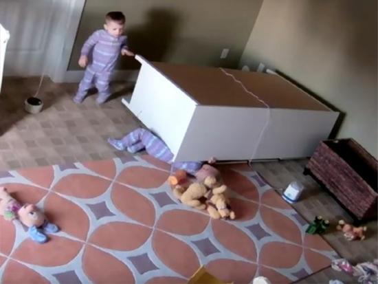 Niño de dos años salva a su hermano gemelo tras caerle encima un armario