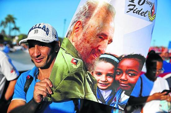 Cubanos participaron en el desfile por los 58 años de la Revolución