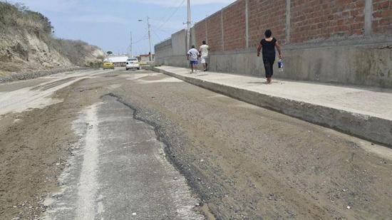 Aguas servidas se toman la calle