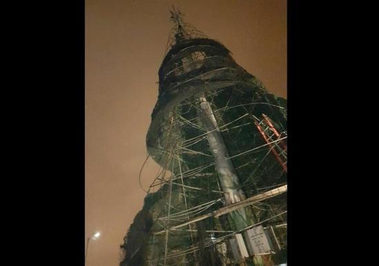 Se incendia el árbol navideño gigante de Machala
