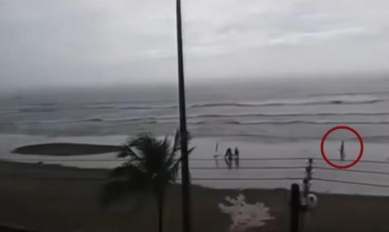 Youtube: Captan en vídeo el momento en que rayo impacta a una mujer en Brasil
