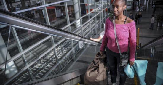 Mujer estadounidense que vive en aeropuerto de Colombia será expulsada del país